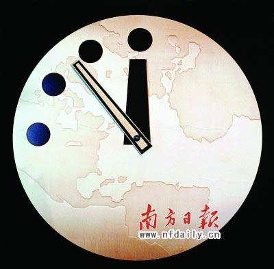 """""""末日之钟""""指针距离零点还有7分钟。其指针距离零点的远近象征着世界距离毁灭的远近,变化通常与核武器威胁相关。新华社发"""