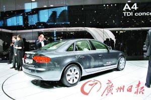 在第78届巴黎国际汽车展上,全新奥迪A4 TDIe和奥迪A1 Sportback两款概念车作为奥迪绿色高效模块技术的最新成果,展现了奥迪环保科技的领先优势和前瞻性。全新奥迪A4 TDIe概念车采用2.0 TDI发动机,百公里油耗只有3.99升,每公里二氧化碳排放量更低至105克,远低于尚未实施的欧V 120g/km排放标准。