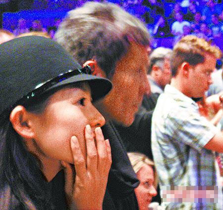 章子怡(前)一发现有人拍照,立刻用手遮脸,警觉性极高