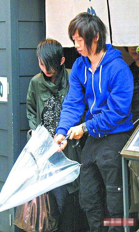 戴佩妮(左)与高瘦男共撑1把小伞。