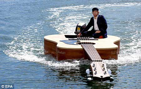 吉他形状的小船