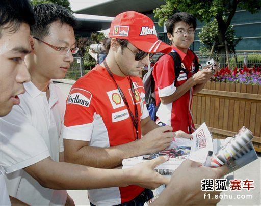 图文:2007赛季F1中国站回顾 马萨为车迷签名