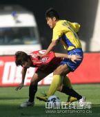 图文:[中超]陕西3-0辽宁 球员拼抢