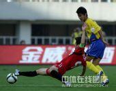 图文:[中超]陕西3-0辽宁 肇俊哲铲球