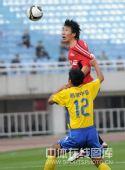 图文:[中超]陕西3-0辽宁 郑伟争顶