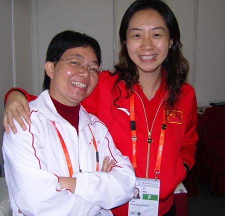 澳大利亚棋手黄子君(左)和中国棋手胡明