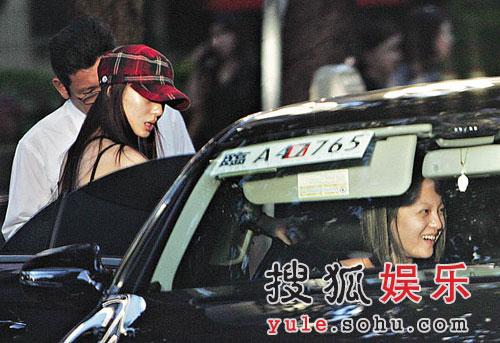 张韶涵近半年都是同妹妹(左二戴帽)一起吃喝玩乐