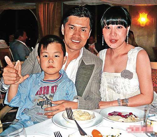 杨小娟和吕良伟01年结婚后诞下儿子,一家人乐也融融