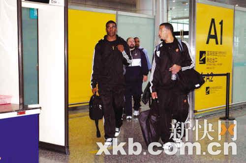 勇士队杰克逊(左)和威廉姆斯(右)走出机场。