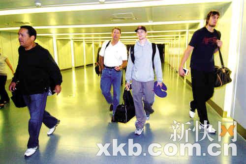 雄鹿队博古特(右一)大步走出机场通道。■新快报记者 宁彪 黎湛均/摄