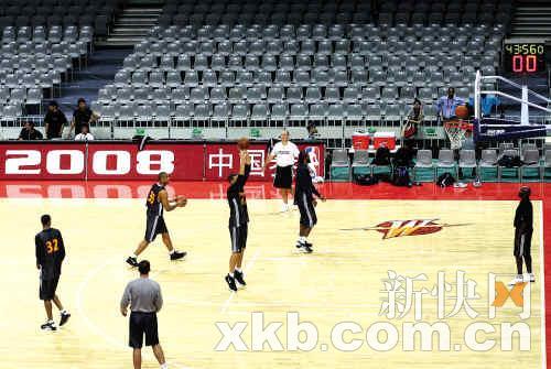 勇士队全体队员昨晚在广州体育馆训练。新快报记者李小萌/摄