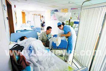 进入10月份,深圳各大医院产科排起长龙,病房过道里摆满了床位。