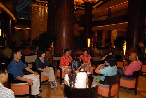 杨威杨云抵达酒店和工作人员商议婚事