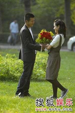 林申向林嘉欣献花