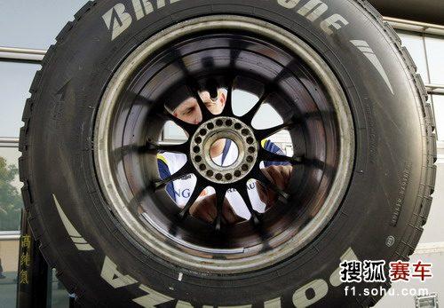 图文:F1上海站赛前 雷诺工作人员检查赛车轮胎