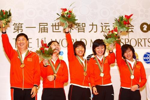 教练俞斌与队员领奖