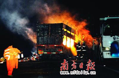 货车和油罐车都烧剩铁架。谭伟山摄