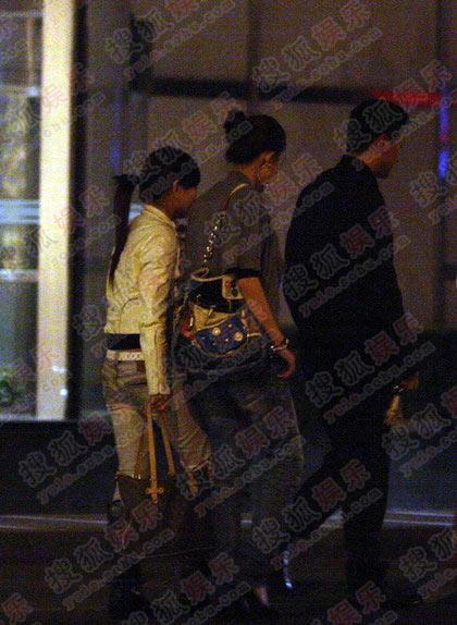 13日晚,周杰带两个女孩在酒吧玩乐