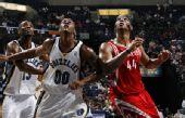 图文:[NBA]火箭VS灰熊 海耶斯专注篮板