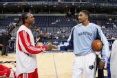 图文:[NBA]灰熊VS火箭 多西和盖伊赛前握手