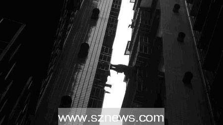 图为事发时,消防队员从楼下往上拍到的图片。