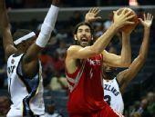 图文:[NBA]火箭胜灰熊 斯科拉强攻篮下