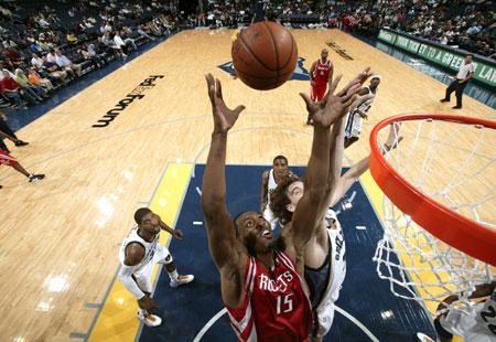 图文:[NBA]火箭胜灰熊 多西摘下篮板