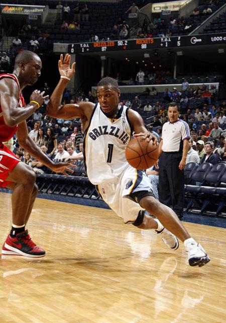 图文:[NBA]火箭胜灰熊 劳瑞欲摆脱防守