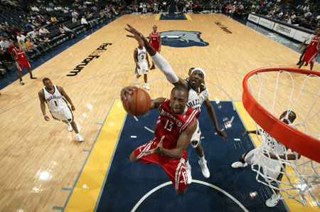 图文:[NBA]火箭胜灰熊 沃弗突破上篮