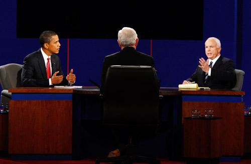 美国大选第三轮辩论举行 故意安排两人紧挨而坐