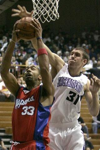 图文:[NBA]快船VS国王 麦考伊篮下遭霍伊斯封盖