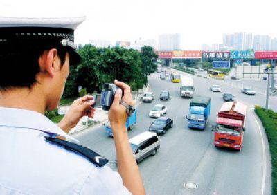 南山交警派出警力在主要道路桥上利用视频手段监管泥头车。记者邵东升摄