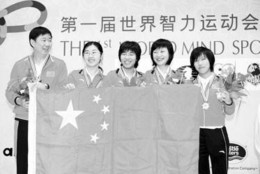 教练俞斌(左)和中国围棋女将脸上笑开了花