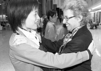 美国女子桥牌队队长(右)向中国选手表示祝贺