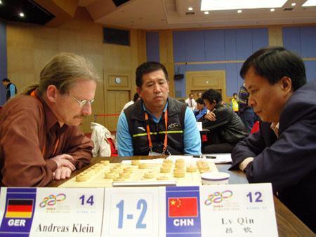 中象特级大师吕钦(右)在象棋男子团体第8轮VS德国棋手克莱因
