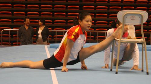 图文:体操队备战全国赛 程菲与何可欣做热身