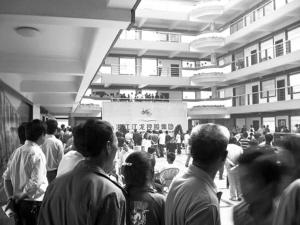 江龙控股集团濒临倒闭,许多员工聚在公司门口等待发工资 图片来源:浙江新闻网