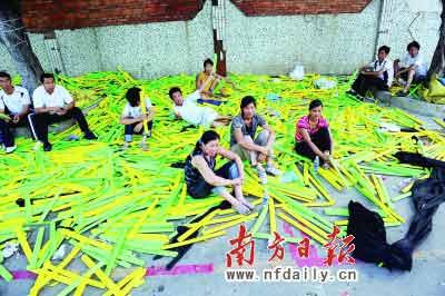 昨日,东莞市樟木头镇俊领玩具厂外,失业的工人们正在等候领取工资