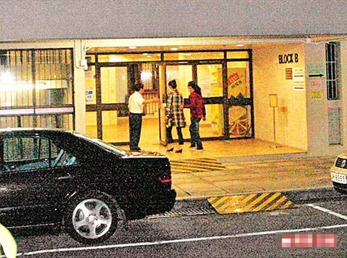 低调到医院探病的米雪(中),经护士宿舍进入尹志强留医的医院大楼
