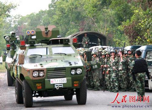 武警装甲作战车运送警力