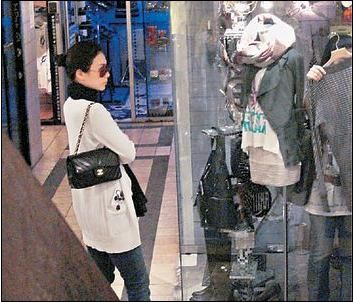"""张可颐逛小店铺。(香港""""头条网""""图)"""
