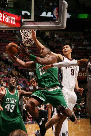 图文:[NBA]篮网VS凯尔特人 易建联防守卖力
