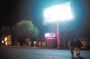 海军博物馆门前的LED大屏幕开放到晚上10点