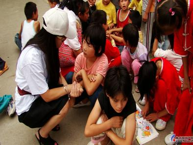 他们用关怀,驱走了孩子们面庞忧郁的悲伤