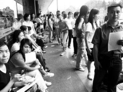 在深圳沙井农业银行门口,很多外来工在办理退保。(资料图片)记者 陈远忠 摄