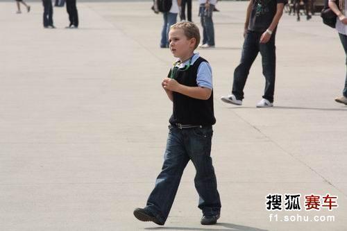 图文:F1中国站一触即发 赛场边的孩子