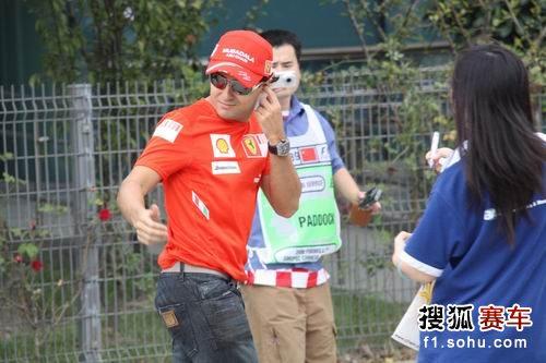 图文:F1中国站一触即发 马萨轻松神态