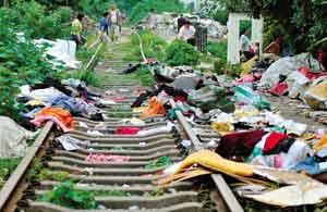 废弃铁路垃圾成堆 本报记者 阙道华 实习生 吴进 摄