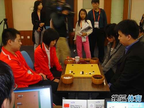 图文:智运会围棋混双决赛 两岸组合争夺金牌