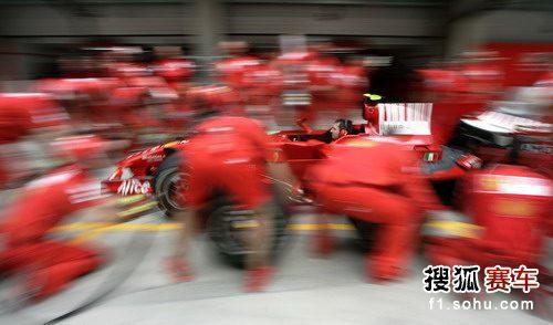 图文:F1中国站第二次练习赛 法拉利技师忙检查